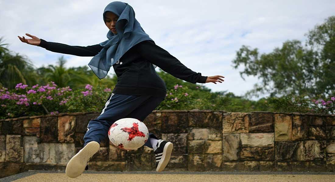Malaisie : une jeune étudiante fait du foot freestyle avec un voile islamique